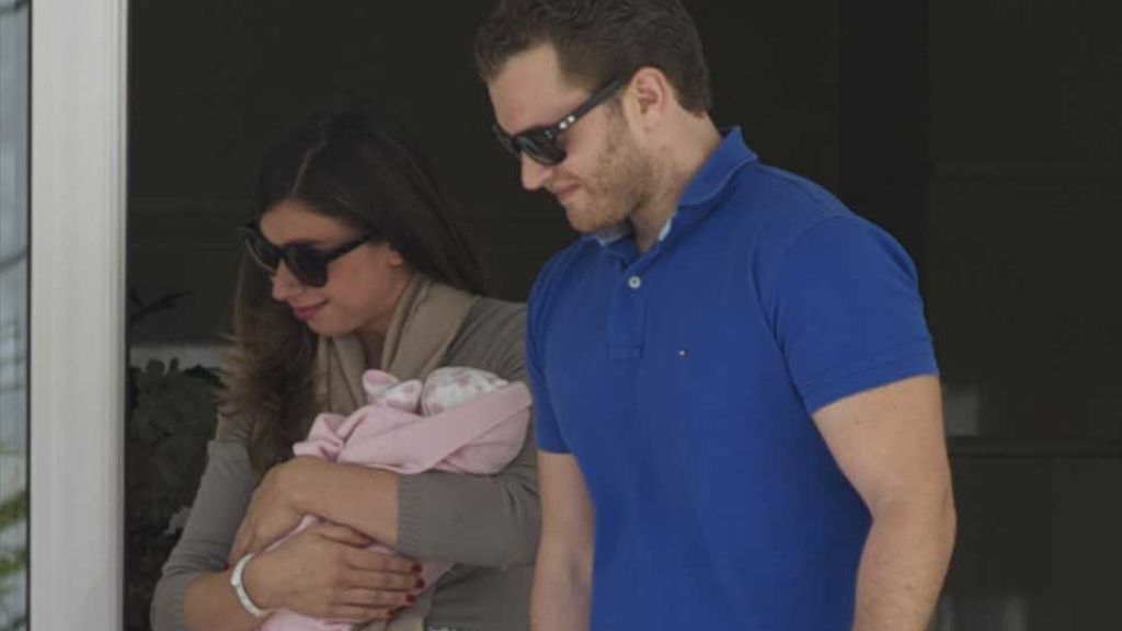 Alba Santana y su marido, Aviv Miron, saliendo de la clínica con su primer hijo, Alexander