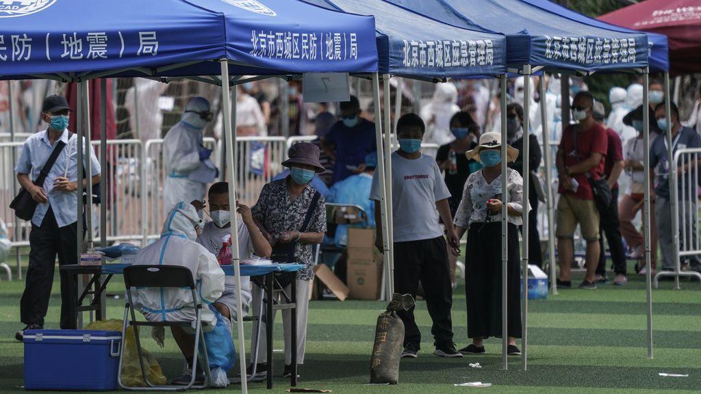 Última hora del coronavirus: el brote desatado en Pekín fuerza al cierre de colegios y la cancelación de vuelos