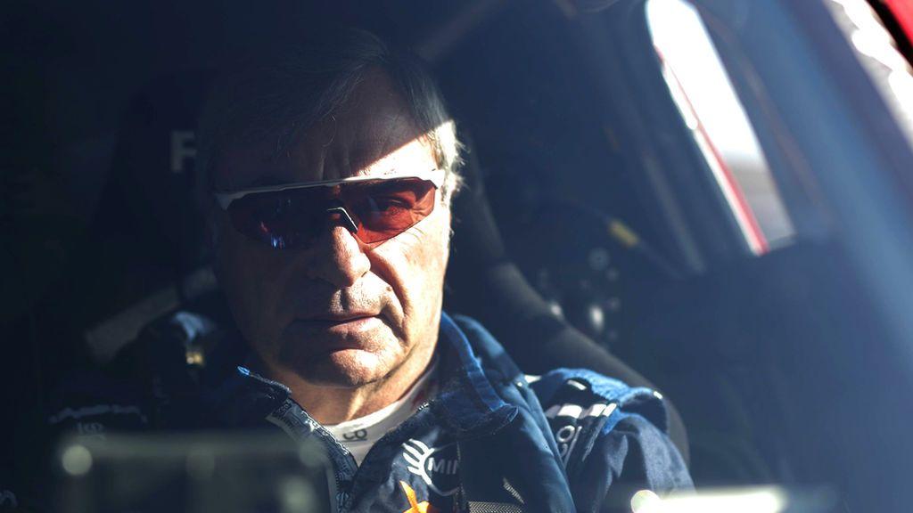 """Dos mundiales y tres Dakar: por qué seguimos recordando el """"trata de arrancarlo"""" al hablar de Carlos Sainz"""