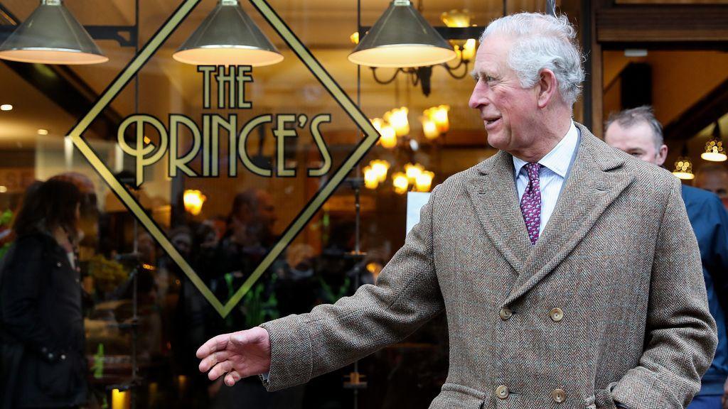 De los dedos como morcillas del príncipe Carlos a la mano amoratada de la reina Isabel II