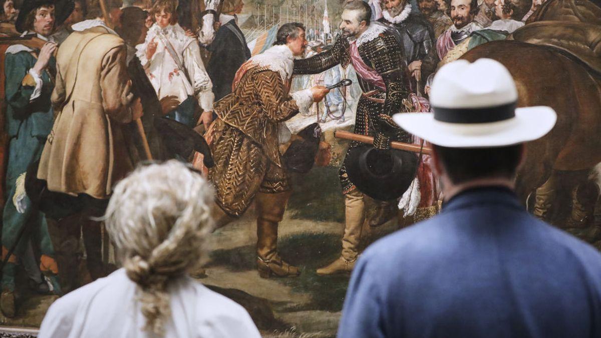 Dos visitantes frente a un Velázquez en el Prado