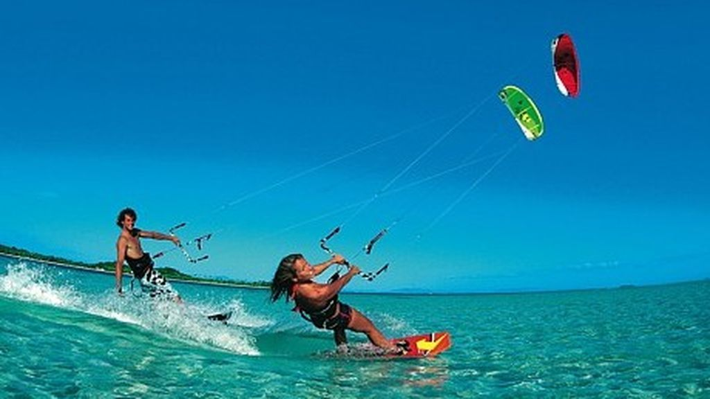 Personas practicando kite surf