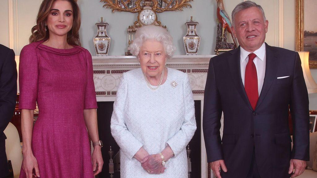 La Reina Isabel II junto al rey Abdullah y a Rania de Jordania