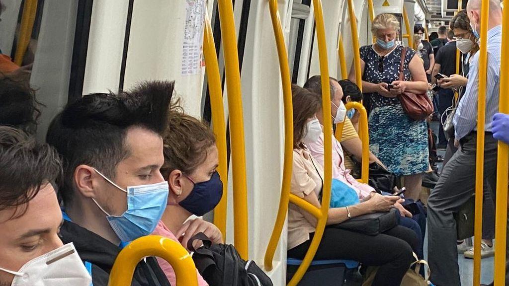 """Los usuarios del Metro de Madrid denuncian aglomeraciones: """"Vamos apiñados y a mi me da miedo"""""""