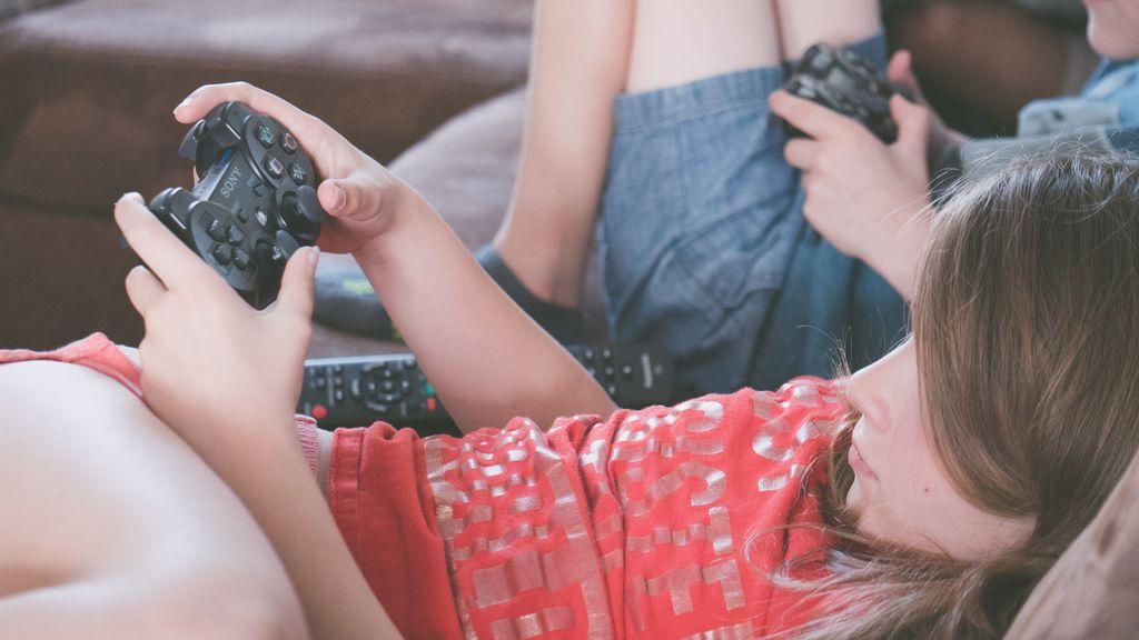 Dos niños jugando a la play