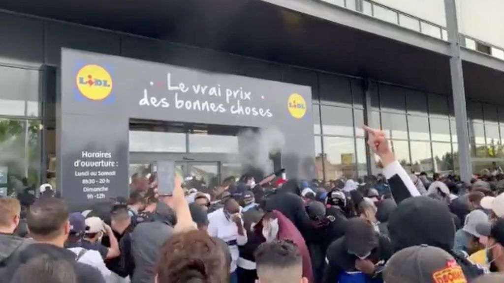 Los antidisturbios disuelven a la multitud congregada para comprar la PS4 a 95 euros a las afueras de París
