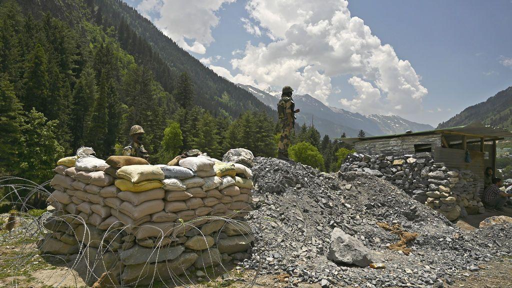 Lucha de gigantes en el Himalaya: ¿por qué China e India se enfrentan ahora a palos, y con muertos, en la frontera?