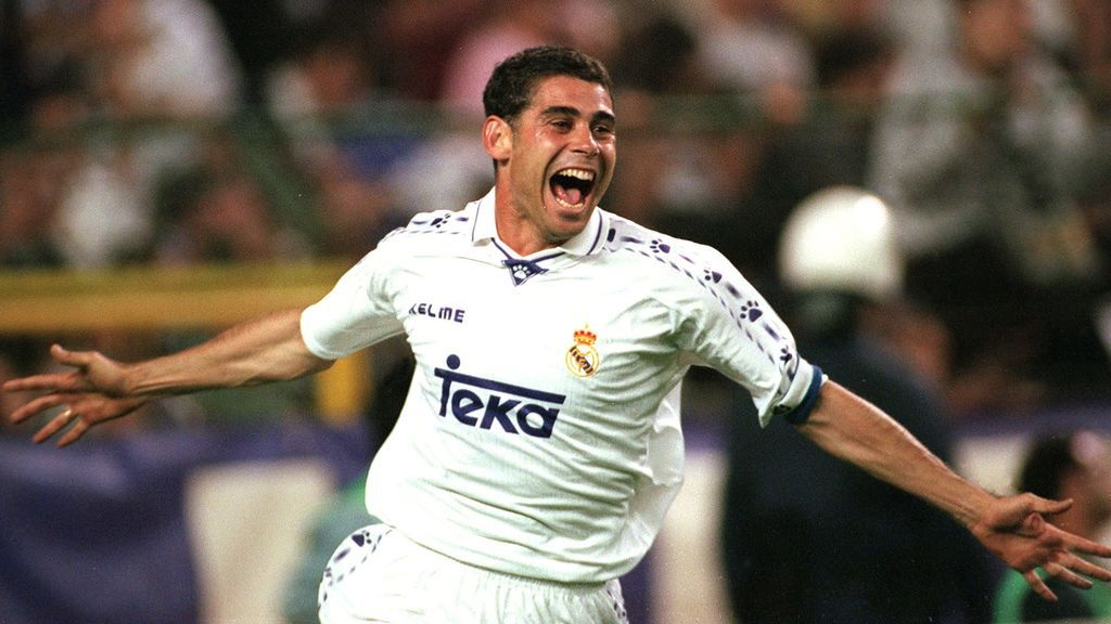 Fernando Hierro, celebrando un gol con el Madrid.