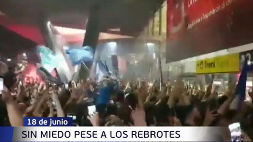 Sin miedo al coronavirus, cientos de hinchas del Nápoles celebran en la calle la Copa Italiaes