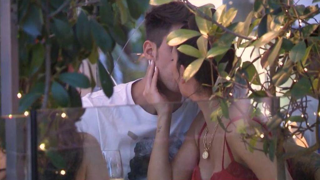 Diego Matamoros y Carla Barber dan rienda suelta a su amor pero a alguien de la familia no le gusta