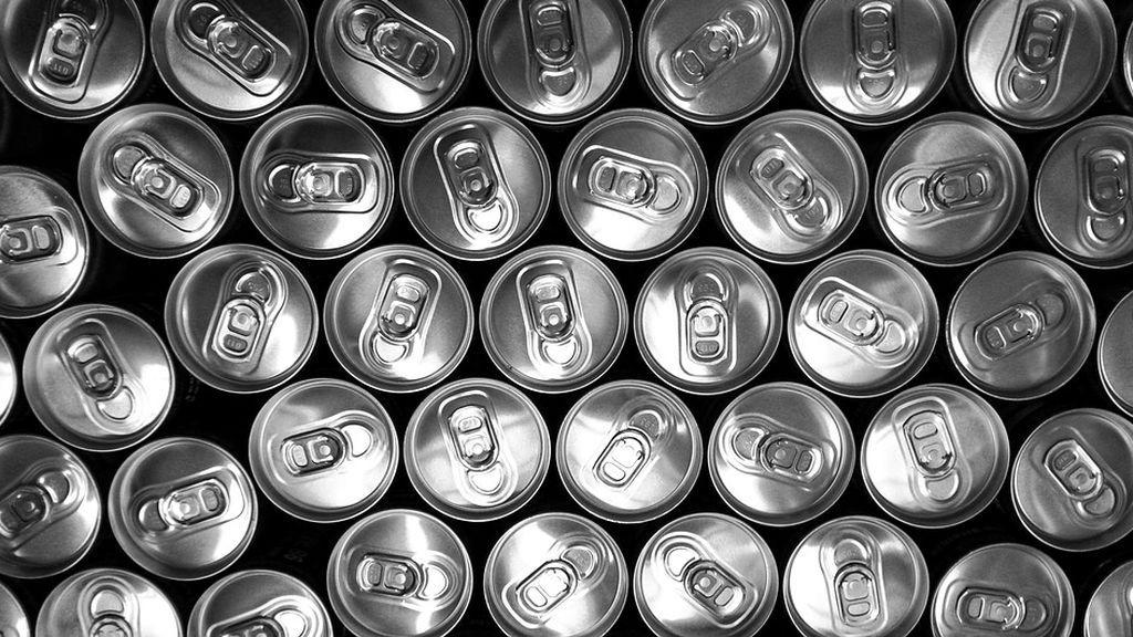El debate vuelve a la Red: aplastar o no las latas cuando las tiras a la basura