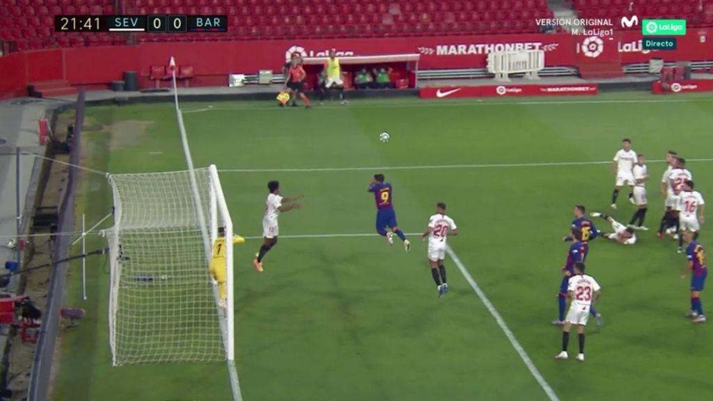 La técnica del Sevilla para frenar las faltas de Messi: un jugador tirado en el suelo y otro en el palo de la portería