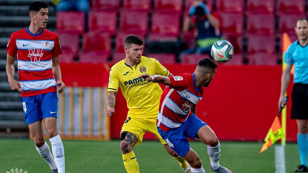 Jugadores de Villarreal y Granada disputan un balón