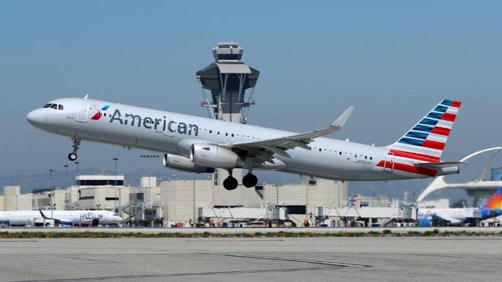 Prohíben a un pasajero viajar con American Airlines por negarse a usar mascarilla