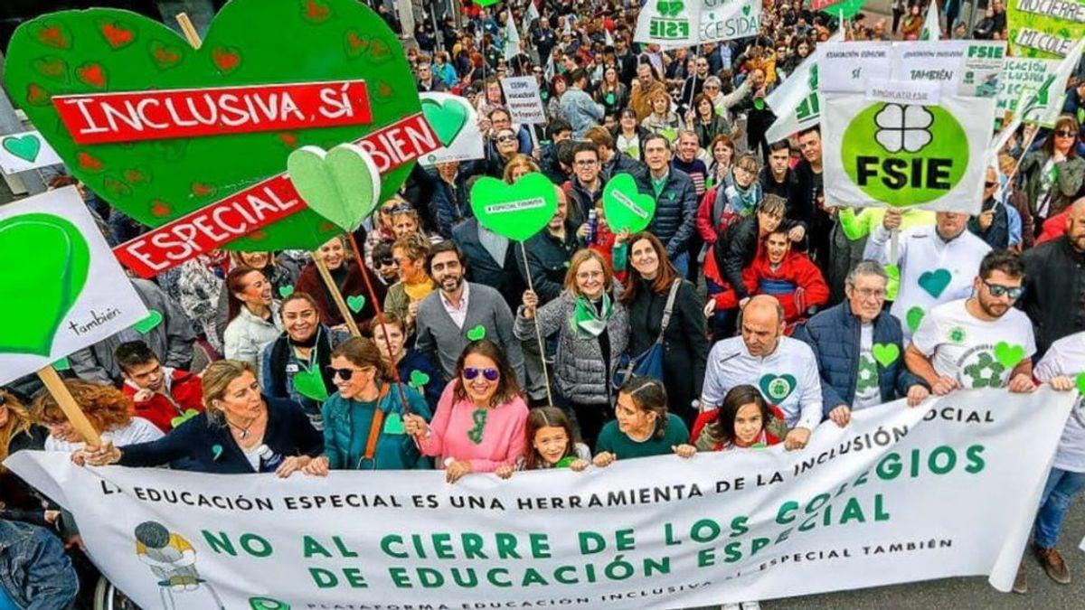 """Vuelven las protestas por el cierre de colegios de educación especial: """"No sé si el gobierno es consciente del daño que va a hacer a miles de niños"""""""