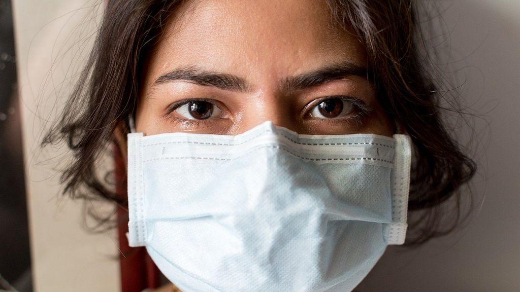 El 'maskné' o acné ocasionado por el uso de mascarilla: las claves para prevenirlo