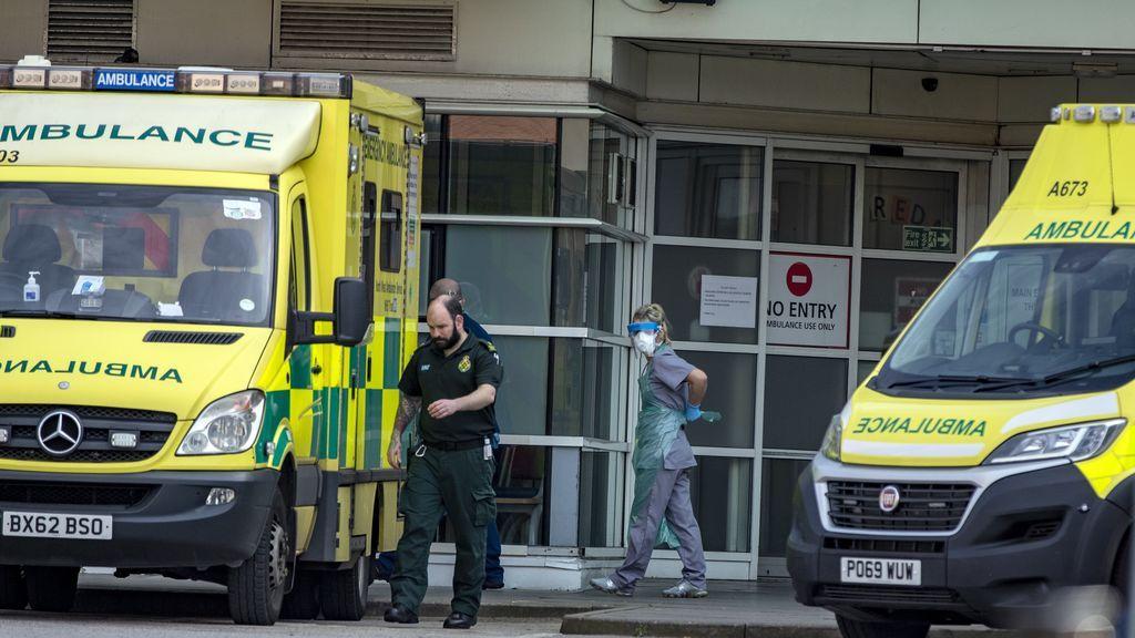"""Dos personas apuñaladas en un """"incidente importante"""" en Reding, Reino Unido"""