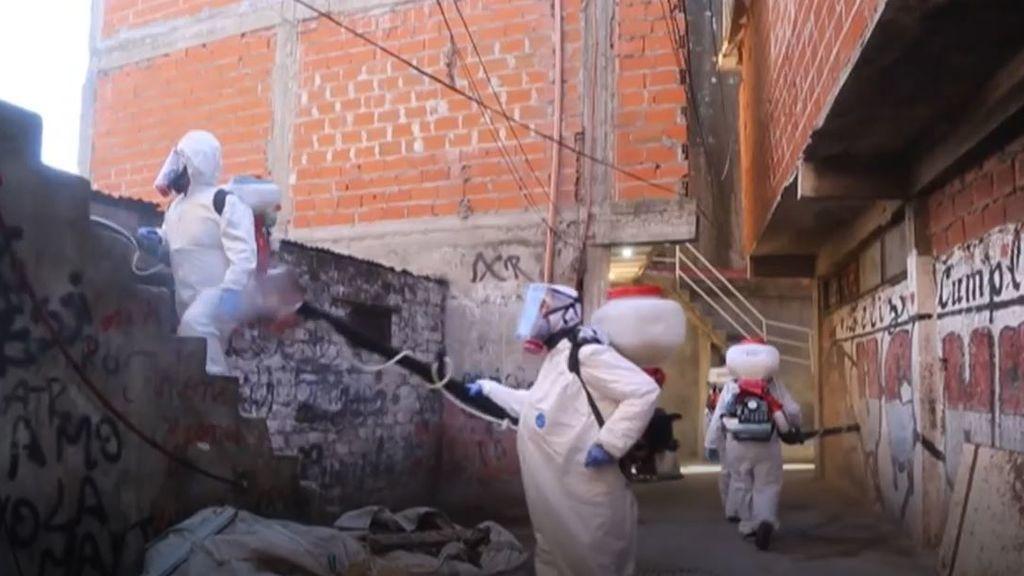 El dengue y la pandemia del coronavirus azotan las villas más afectadas de Argentina