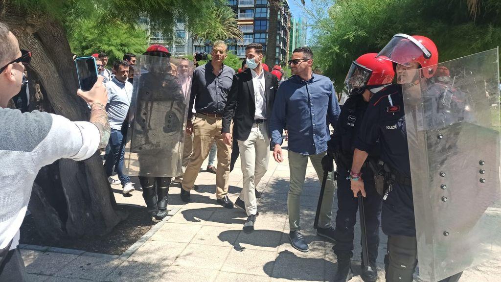 Antifascistas y radicales Increpan a Ortega Smith y otros dirigentes de Vox durante un paseo por San Sebastián