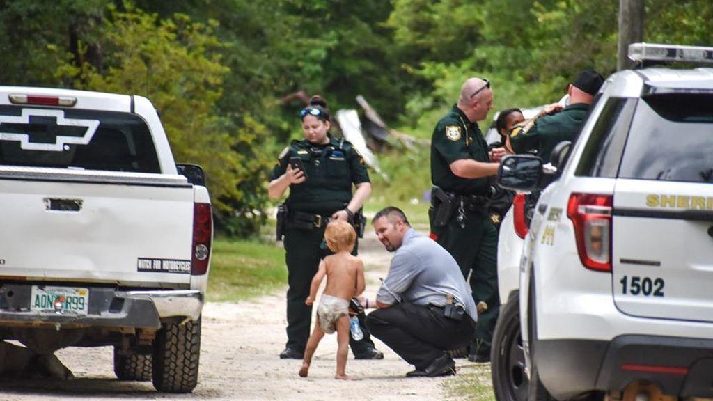 Encuentran a salvo a un niño con autismo de tres años que se había perdido: sus dos perros cuidaron de él