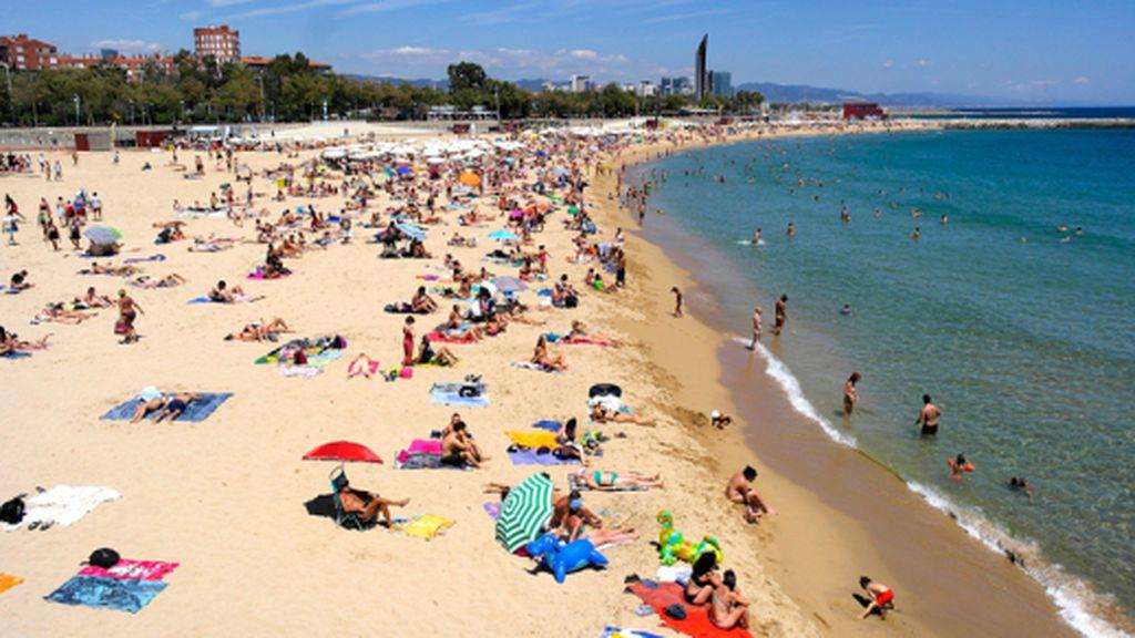 Barcelona cierra seis playas por alta concentración de bañistas