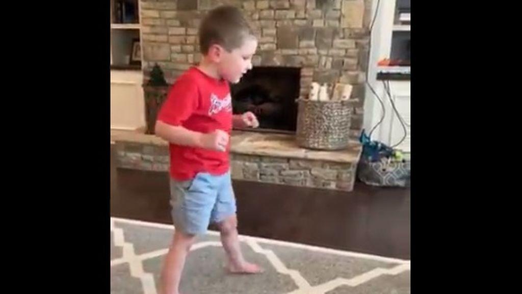 Una madre graba los primeros pasos de su hijo, un niño de 5 años con atrofia cerebral