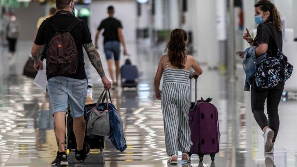 Los aeropuertos españoles comienzan a recibir a los primeros visitantes:  los viajeros deben para tres filtros