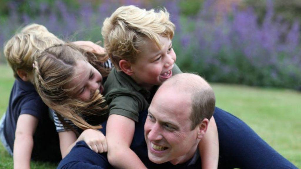 El Príncipe Guillermo junto a sus tres hijos