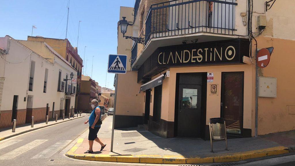 Desalojado dos veces un bar de copas de Alcalá de Guadaíra con clientes escondidos