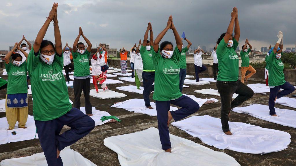 India: yoga, hoteles de lujo para pacientes con covid y más mujeres entre los fallecidos