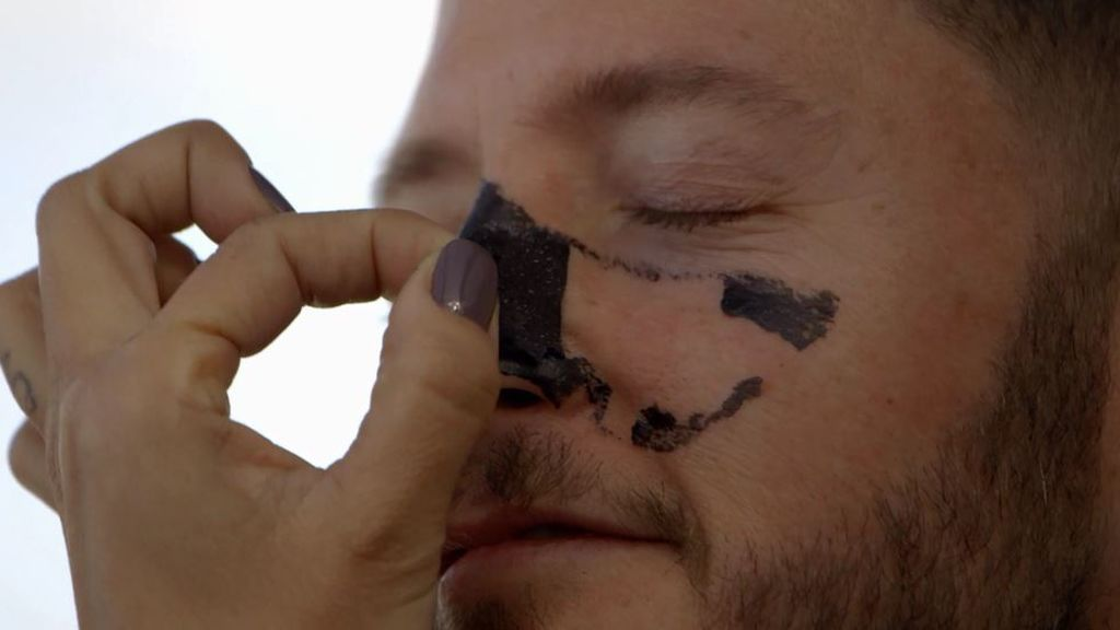Ni adelgaza, ni blanquea los dientes ni es buena mascarilla: los expertos desmitifican al carbón activado