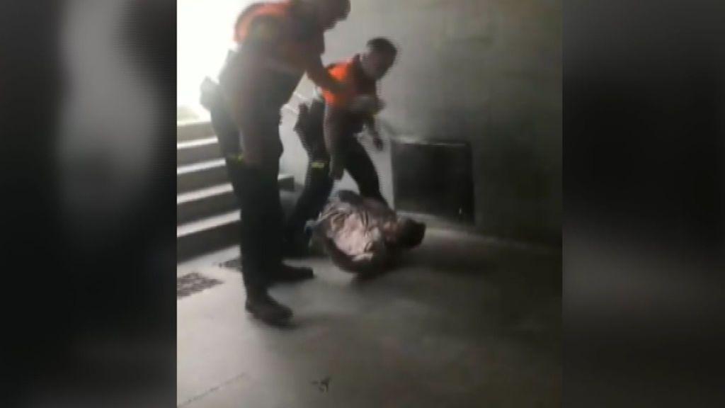 Agresión de los vigilantes del metro de Barcelona a un viajero
