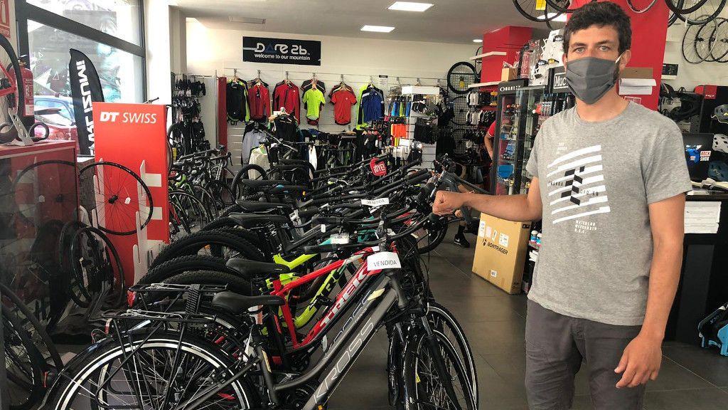 Pedro Montesinos en Xtrembike, la tienda de bicicletas de Vigo en la que trabaja
