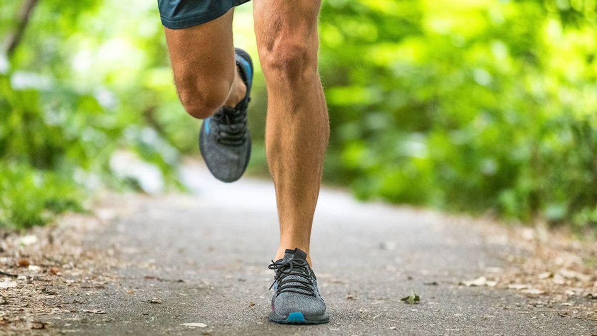 Atleta corriendo en un sendero