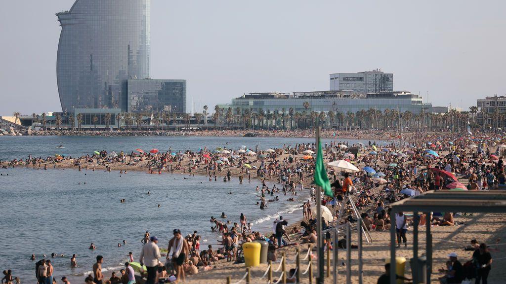Toallas a dos metros y baños con cautela: las playas españolas, a rebosar en los primeros días de verano