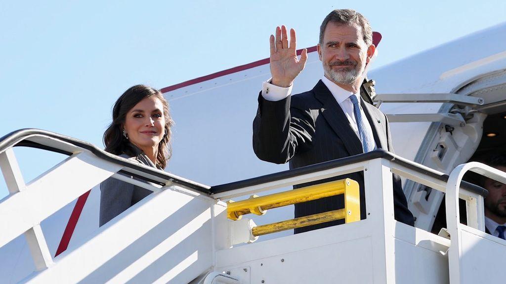 Los Reyes de España montándose a un avión