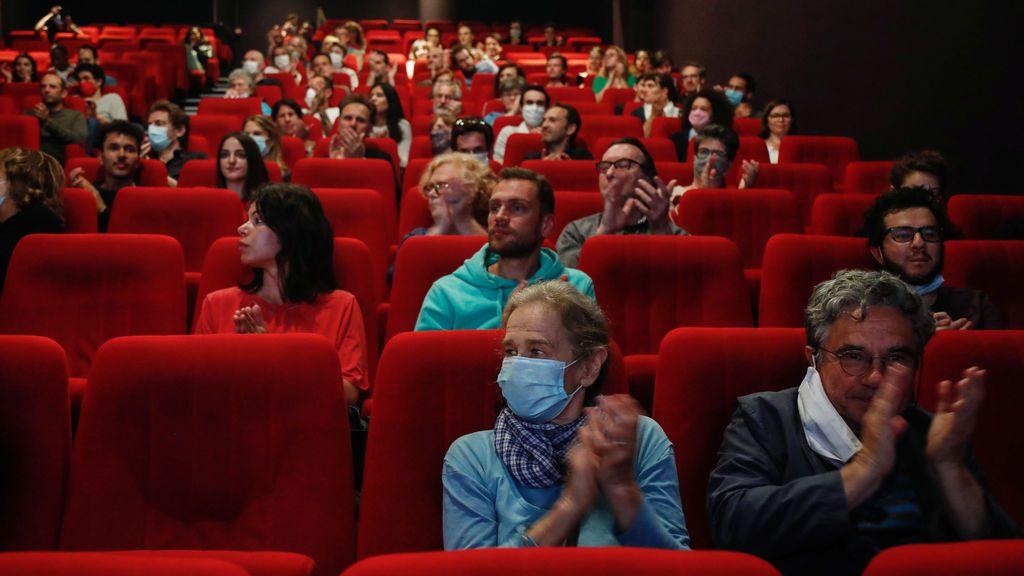 Francia reabre los colegios sin límites de alumnos y también cines y hoteles de vacaciones