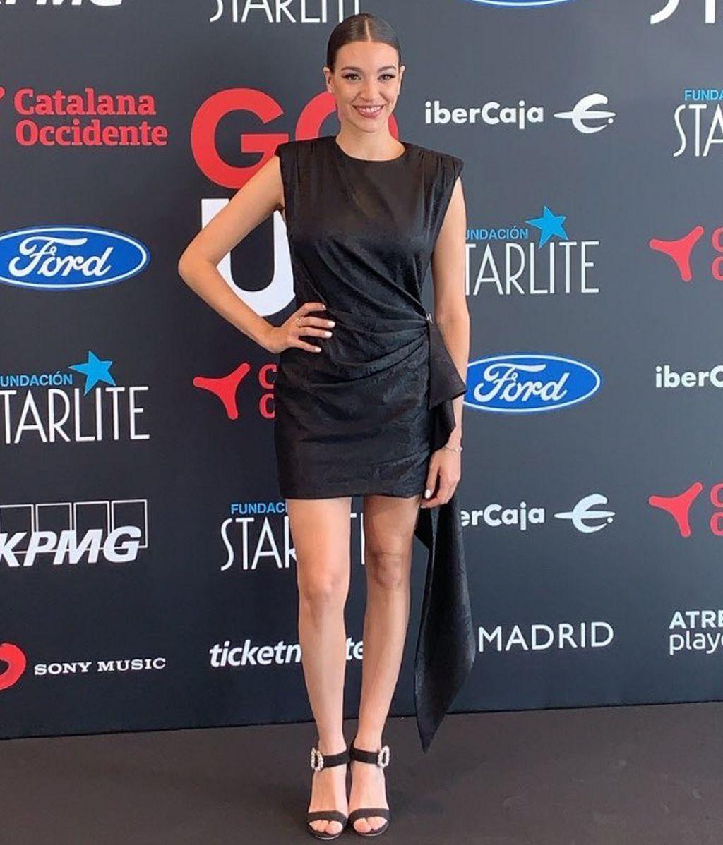 También de negro va Ana Guerra, con minivestido del mismo color que las sandalias