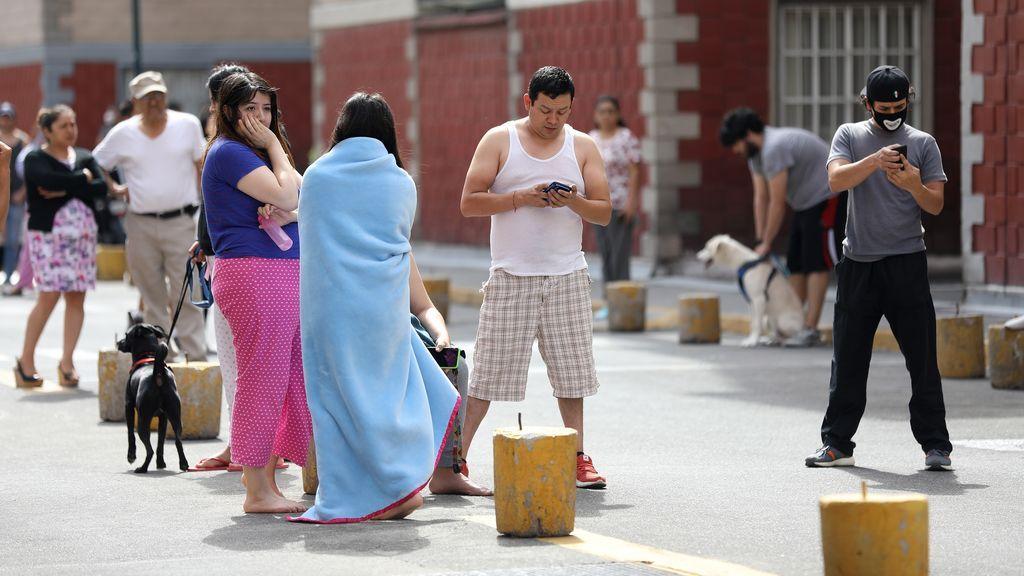 Ciudadanos mexicanos salen de sus casas tras un terremoto de 7,1 de magnitud