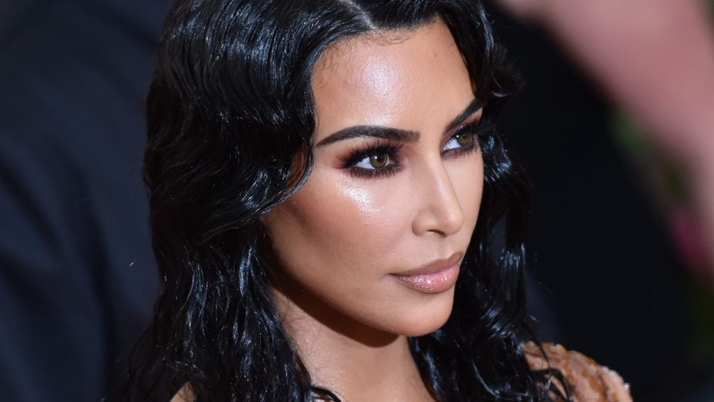 Kim Kardashian lo vuelve a hacer con un corsé imposible: los problemas por llevar la moda al extremo