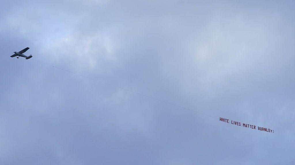 El avión, sobre el estadio del City.