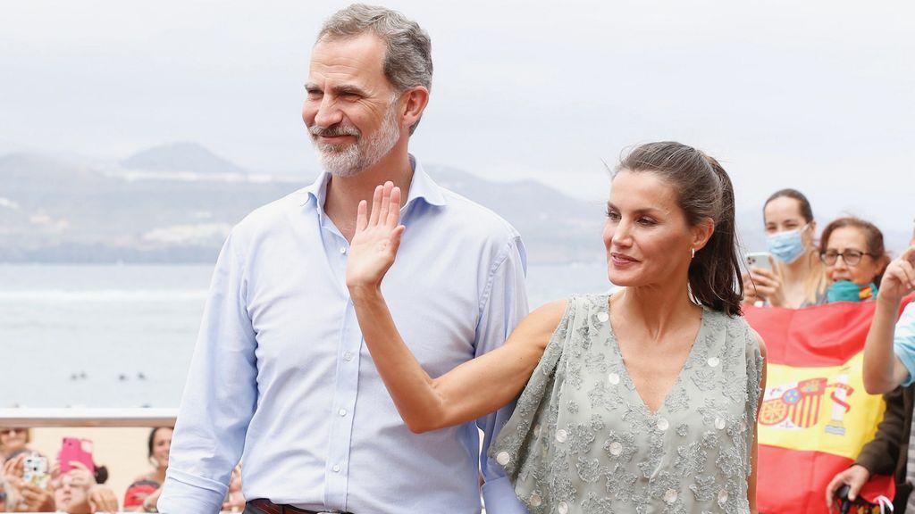 Vestido low cost y cuñas riojanas : el estilismo de la Reina Letizia en sus vacaciones en Canarias