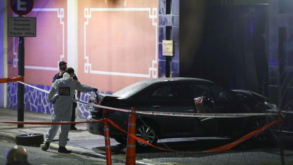 Estrella su coche contra la embajada de China en Buenos Aires asegurando tener información sobre el coronavirus