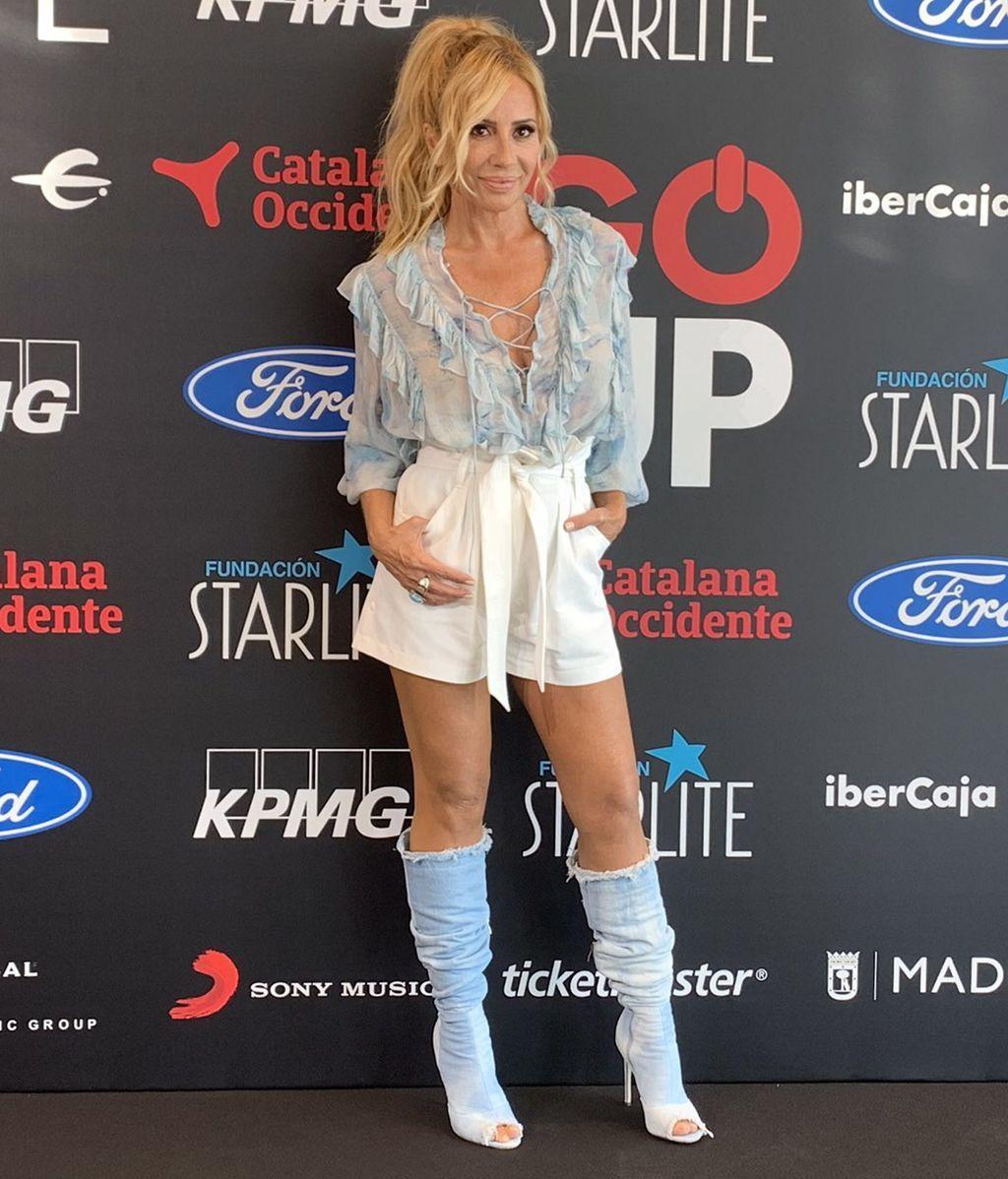 Marta Sánchez juega con los tonos celestes con su blusa de volantes y sus botas tejanas