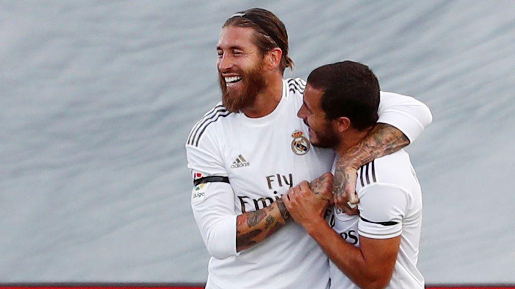 Sergio Ramos y Hazard celebran un gol con el Real Madrid.