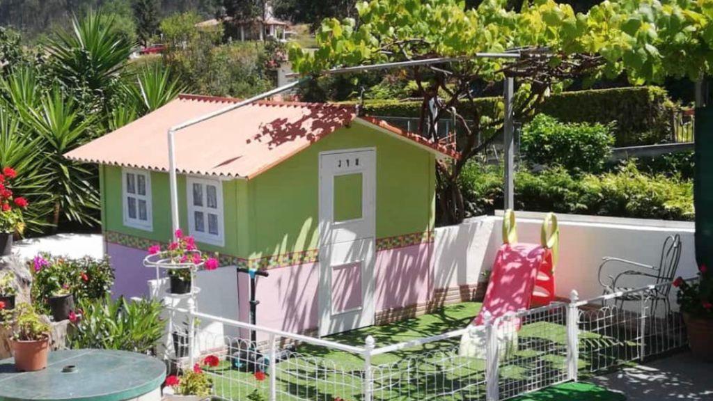 La casa de madera de Ricardo y Mercedes tiene hasta jardín