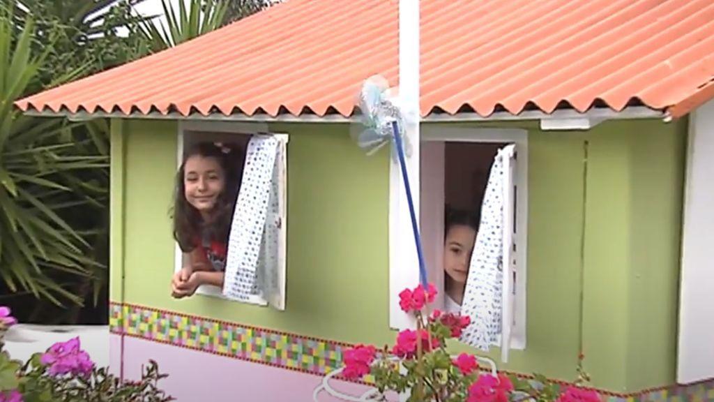 El cuento convertido en real del confinamiento: la casa de madera de Ricardo y Mercedes para sus nietas