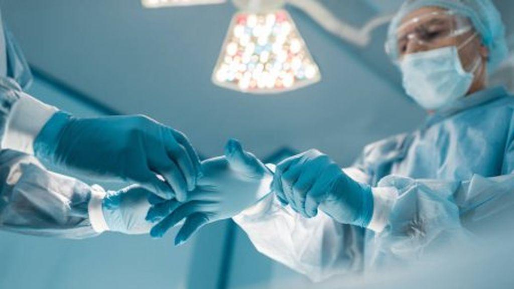 La mano de un médico tras 10 horas trabajando con guantes para protegerse del COVID-19