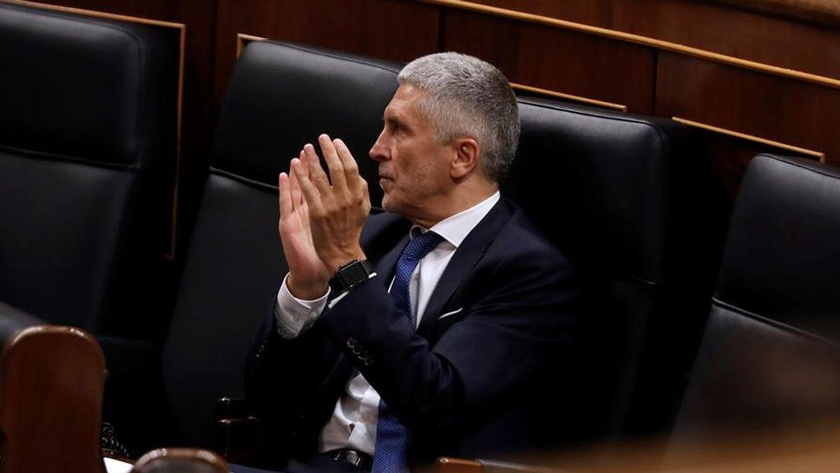 El ministro del Interior, Fernando Grande Marlaska, aplaude en el banco azul del Congreso