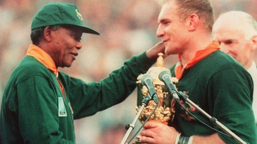 Mandela y Pienaar con el título